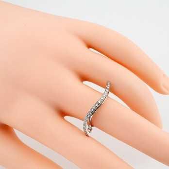 Anello fantasia a onda in oro bianco e diamanti